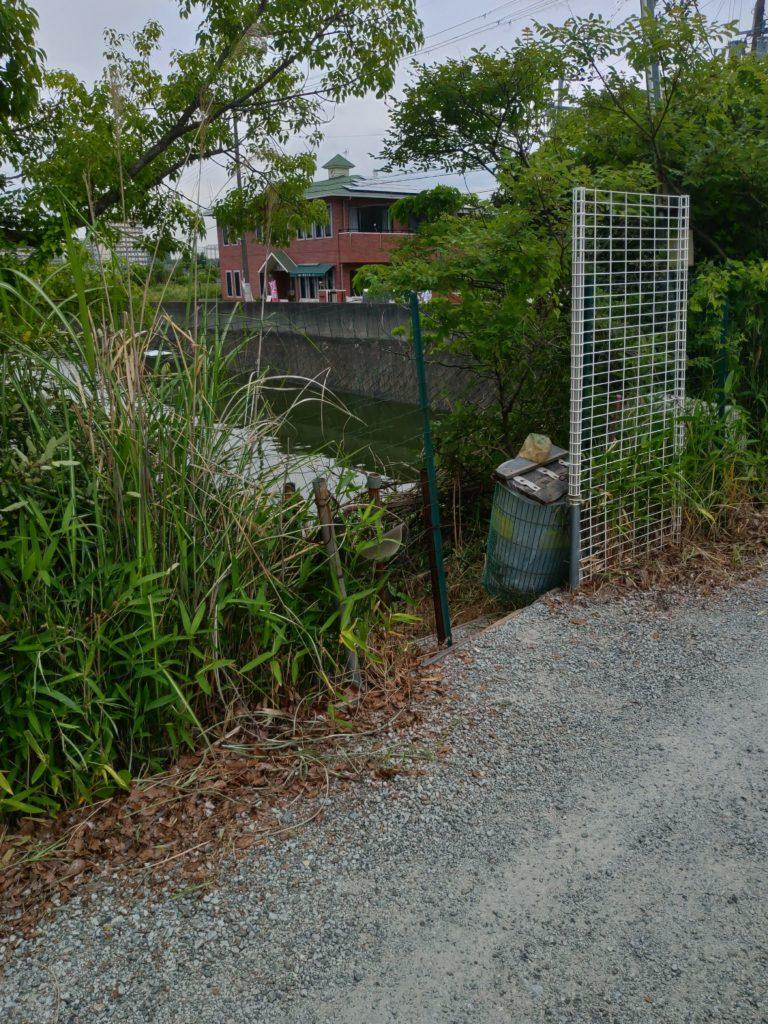 水藻フィッシングセンター池の入り口